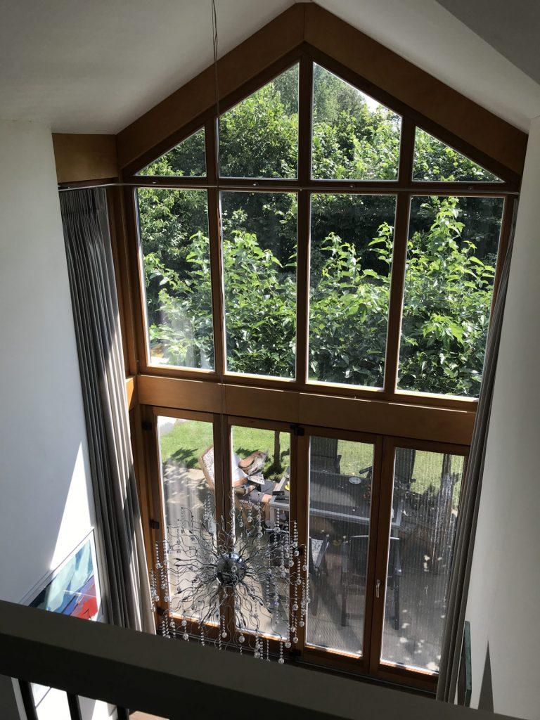 Riender interieurstudio - Vakantiehuis - raamdecoratie - hoge - ramen